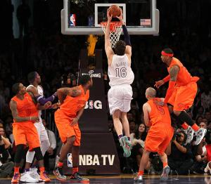 Kobe Bryant lideró la remontada en la segunda parte, ayudando a Los Angeles Lakers a derrotar a los New York Knicks 100-94 el martes y ampliar la racha ganadora de los Lakers a cinco partidos y alcanzar el .500 de porcentaje.