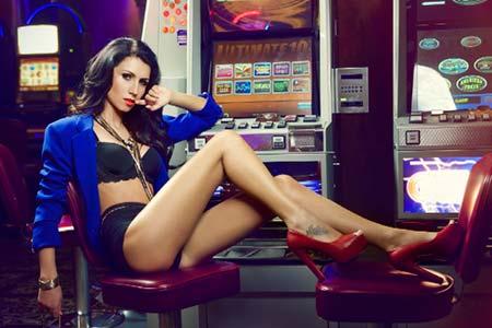 Las crupieres en vivo del casino mBit posan para fotografías en lencería