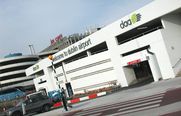 Personal del aeropuerto de Dublín celebra un premio de lotería